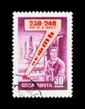 De olieraffinaderij, toont de mens door de machine, circa 1958 Royalty-vrije Stock Afbeeldingen