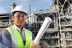 De olieraffinaderij van de ingenieur Stock Foto's