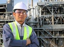 De olieraffinaderij van de ingenieur Stock Afbeelding