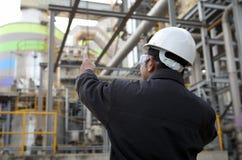 De olieraffinaderij van de ingenieur Stock Afbeeldingen