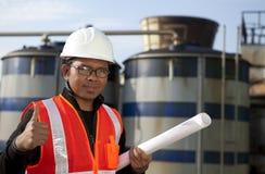 De olieraffinaderij van de ingenieur en opslagtank Royalty-vrije Stock Afbeelding