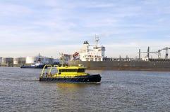 De olietanker en de proefboot wonen bij Stock Foto's