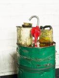 De olietrommel, spuiten en emmers van Grunge vuile. Royalty-vrije Stock Foto's