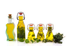 De olijfolie van flessen met kruiden royalty-vrije stock afbeelding