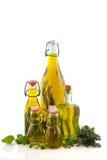 De olijfolie van flessen met kruiden Stock Foto's