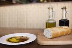 De olijfolie van het brood en balsemieke azijn bij een restaura Stock Foto