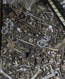 De olik metallskruvarna, bultarna, muttrarna, skruvarna och annan Arkivfoto