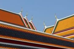 De olika färgerna på det kyrkliga taket i Wat Pho Fotografering för Bildbyråer