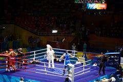 De olympische In dozen doende Kampioen viert Royalty-vrije Stock Afbeeldingen