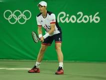 De olympische kampioen Andy Murray van Groot-Brittannië in actie tijdens mensen ` s verdubbelt eerste ronde gelijke van Rio 2016  Stock Afbeelding