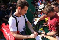 De olympische kampioen Andy Murray van Groot-Brittannië ondertekent autographs nadat de mensen ` s halve finale van Rio 2016 Olym Stock Afbeeldingen