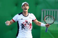 De olympische kampioen Andy Murray van Groot-Brittannië viert overwinning nadat de mensen ` s kwartfinale van Rio 2016 Olympische Stock Afbeeldingen
