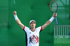 De olympische kampioen Andy Murray van Groot-Brittannië viert overwinning nadat de mensen ` s kwartfinale van Rio 2016 Olympische Royalty-vrije Stock Foto's