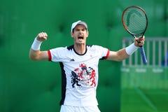 De olympische kampioen Andy Murray van Groot-Brittannië viert overwinning nadat de mensen ` s kwartfinale van Rio 2016 Olympische Stock Fotografie