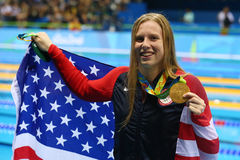 De olympische Kampioen Lilly King van de Verenigde Staten viert overwinning na Def. van de Vrouwen` s 100m Schoolslag van Rio 201 royalty-vrije stock foto