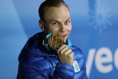 De olympische kampioen Oleksandr Abramenko van de Oekraïne viert overwinning in het Vrije slag van Mensen` s Antennes Ski?end bij royalty-vrije stock foto
