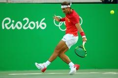De olympische kampioen Rafael Nadal van Spanje in actie tijdens mensen kiest kwartfinale van Rio uit 2016 Olympische Spelen Stock Afbeelding