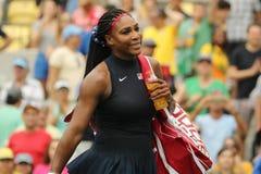 De olympische kampioen Serena Williams van Verenigde Staten viert overwinning na uitkiest eerste ronde gelijke van Rio 2016 Olymp royalty-vrije stock foto's