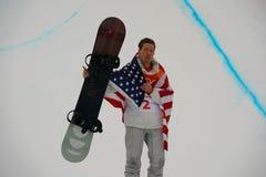 De olympische kampioen Shaun White viert overwinning in mensen` s snowboard halfpipe def. bij 2018 de Winterolympics stock foto's