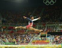 De olympische kampioen Simone Biles van Verenigde Staten concurreert op de evenwichtsbalk bij het team globale gymnastiek van vro Royalty-vrije Stock Afbeeldingen