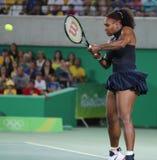 De olympische kampioenen Serena Williams van Verenigde Staten in actie tijdens kiest om gelijke drie van Rio 2016 Olympische Spel Stock Afbeeldingen