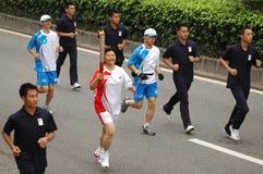 De olympische schoppen van het toortsrelais weg   Stock Fotografie
