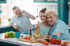 De oma en de kleindochter omhelzen royalty-vrije stock afbeeldingen