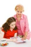 De oma helpt Jonge Kiezer Stock Foto's