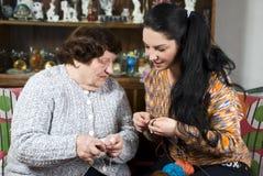 De oma onderwijst kleindochter om te breien Royalty-vrije Stock Foto's
