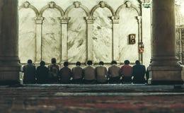 De Omayyad-Moskee, mensen het bidden royalty-vrije stock foto's