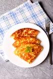 De omelet met kaas, sluit omhoog, verticaal Royalty-vrije Stock Afbeelding