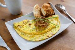De omelet van Denver met toosts en gebraden ui Stock Foto's