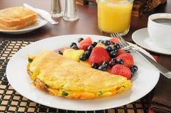 De omelet van het ontbijt met fruit en bessen Stock Afbeeldingen