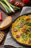De omelet van mensen met chorizo Stock Foto's