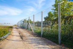 De omheining die de grens tussen Hongarije en Servië beschermen royalty-vrije stock afbeelding