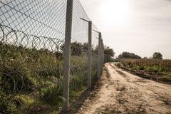 De omheining die de grens tussen Hongarije en Servië beschermen stock foto