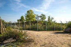 De omheining die de grens tussen Hongarije en Servië beschermen royalty-vrije stock fotografie