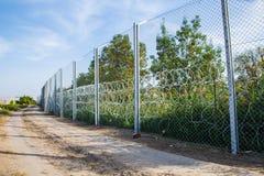 De omheining die de grens tussen Hongarije en Servië beschermen stock afbeelding