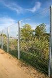 De omheining die de grens tussen Hongarije en Servië beschermen royalty-vrije stock foto's