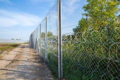 De omheining die de grens tussen Hongarije en Servië beschermen stock foto's