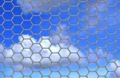 De omheining en de hemel van het draadnetwerk Stock Foto