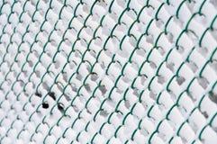De omheining van de draad met sneeuw stock afbeeldingen