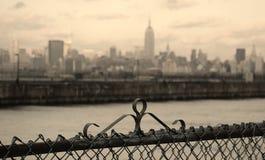 De omheining van de pijler met horizon NYC op de achtergrond Royalty-vrije Stock Afbeeldingen