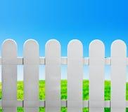 De omheining van de tuin en groen gazon Stock Fotografie