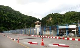 De Omheining van het gevangenisprikkeldraad Stock Fotografie