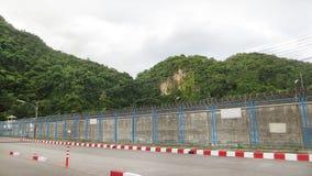 De Omheining van het gevangenisprikkeldraad Stock Foto's