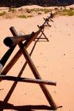 De Omheining van het logboek bij Duinen van het Zand van het Koraal de Roze Royalty-vrije Stock Afbeelding