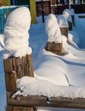 De omheiningsposten in sneeuwkappen in Novosibirsk, Rusland stock foto