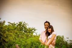 De omhelzing van het minnaarpaar in garden1 royalty-vrije stock fotografie