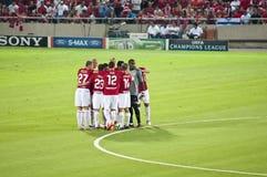 De omhelzing van het team vóór een gelijke Stock Afbeelding